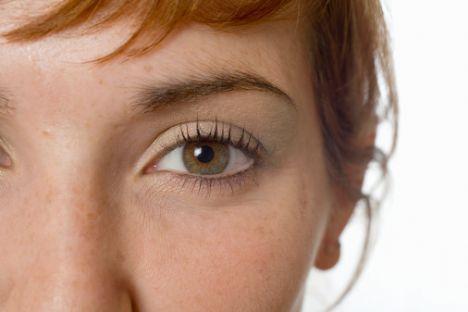 Yüzünüzde ilk göz çevresi kırışmaya başlar. Her gece yatmadan önce antioksidan ve ya retinol içeren göz kremleri kullanmanız kırışmayı geciktirecektir.
